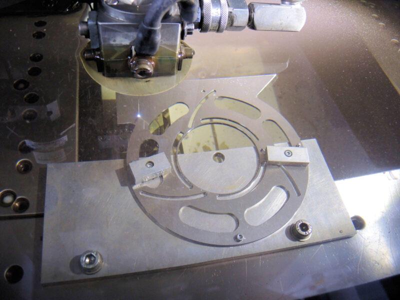 Drahterodieren Aluminium Vorgang Wasserbehälter Strom