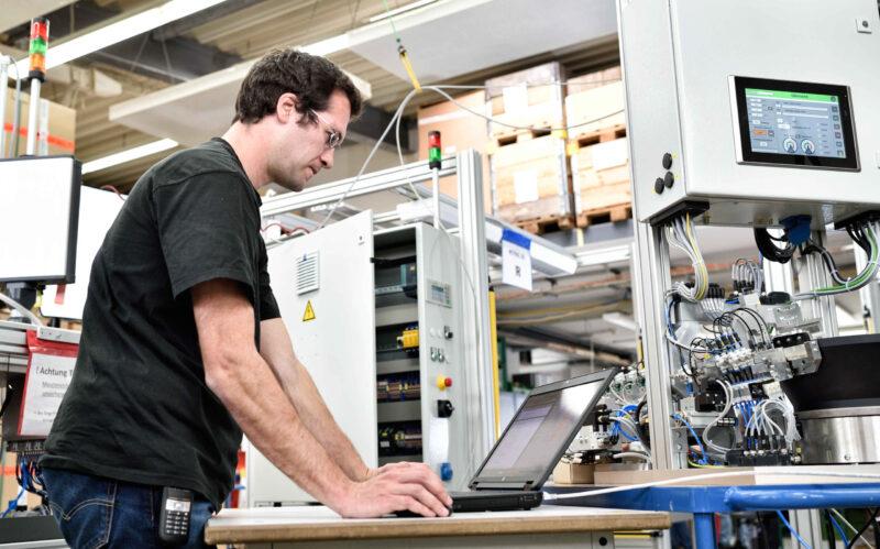 Installation und Inbetriebnahme Anlage und Baugruppe Maschine Vernetzung Hardware Software