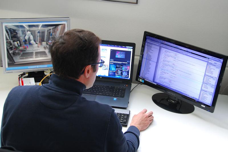 Programmieren Mitarbeiter Robotik Controller Bus EtherCAT IP