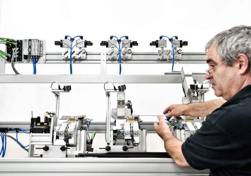 Service Mitarbeiter Retrofit Montage Anlage Sondermaschine Optimierung Wartung Reparatur